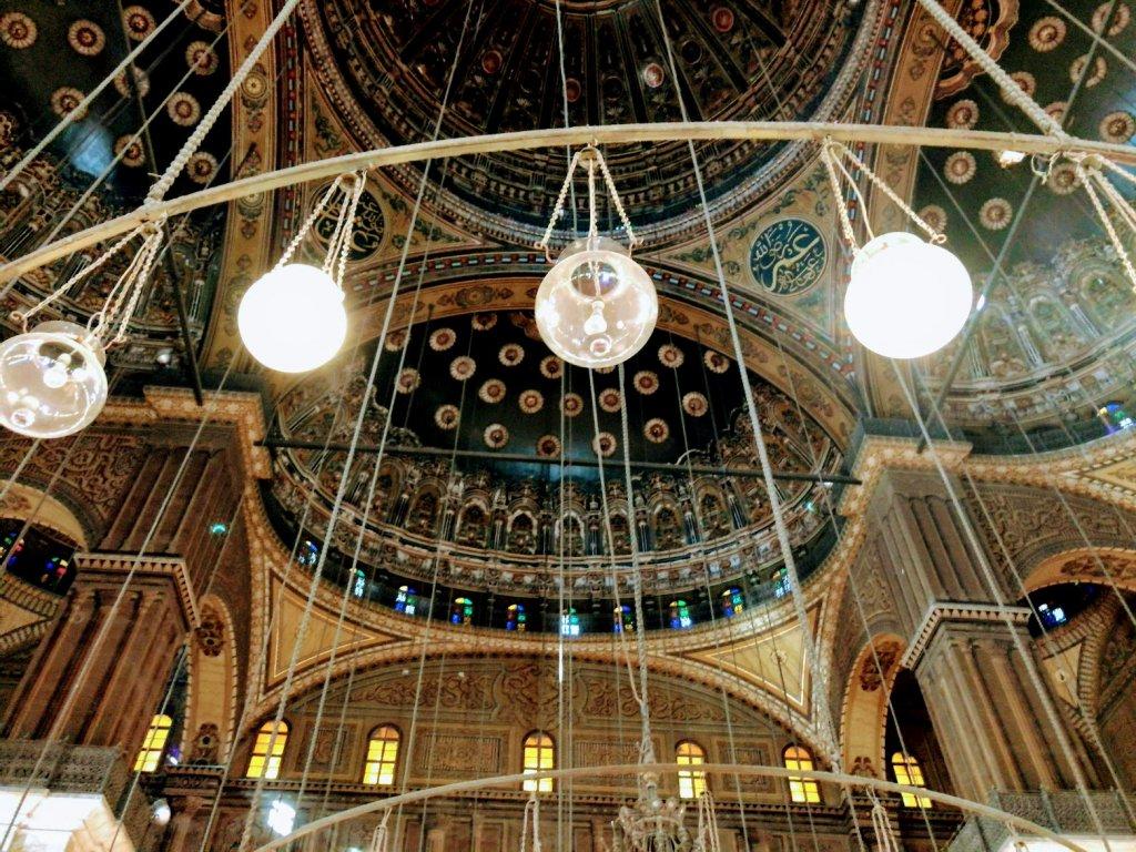 光輝くモスク内