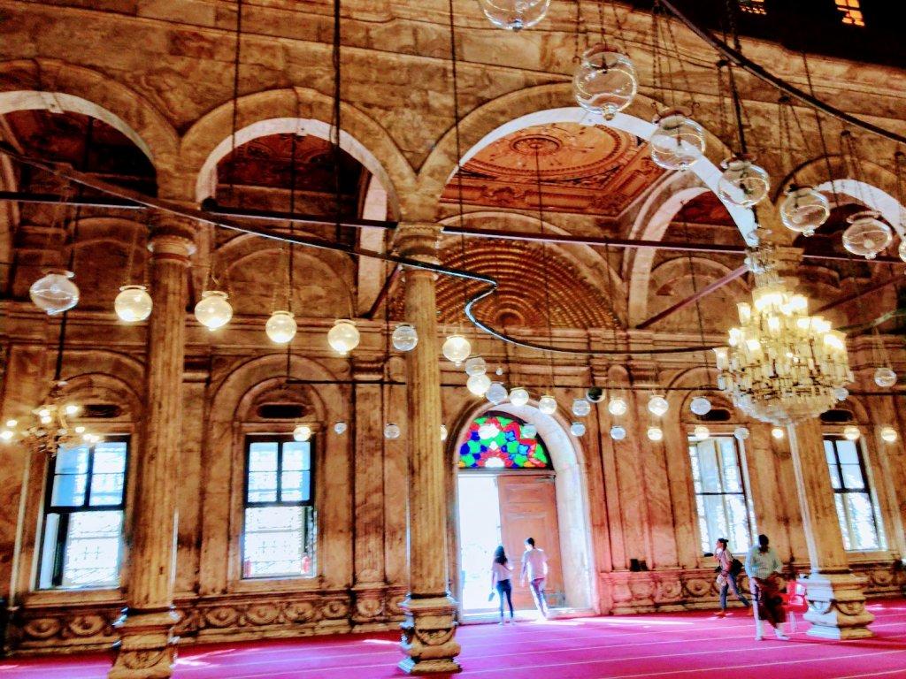 モスク内の赤い絨毯