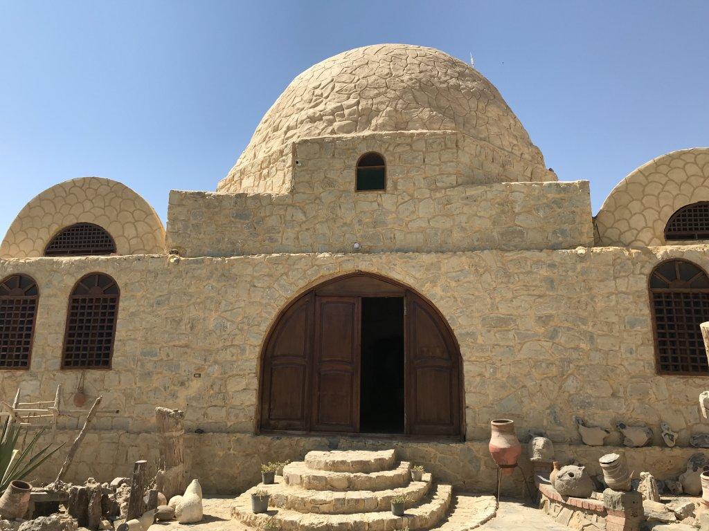 砂漠の中にある休憩場所