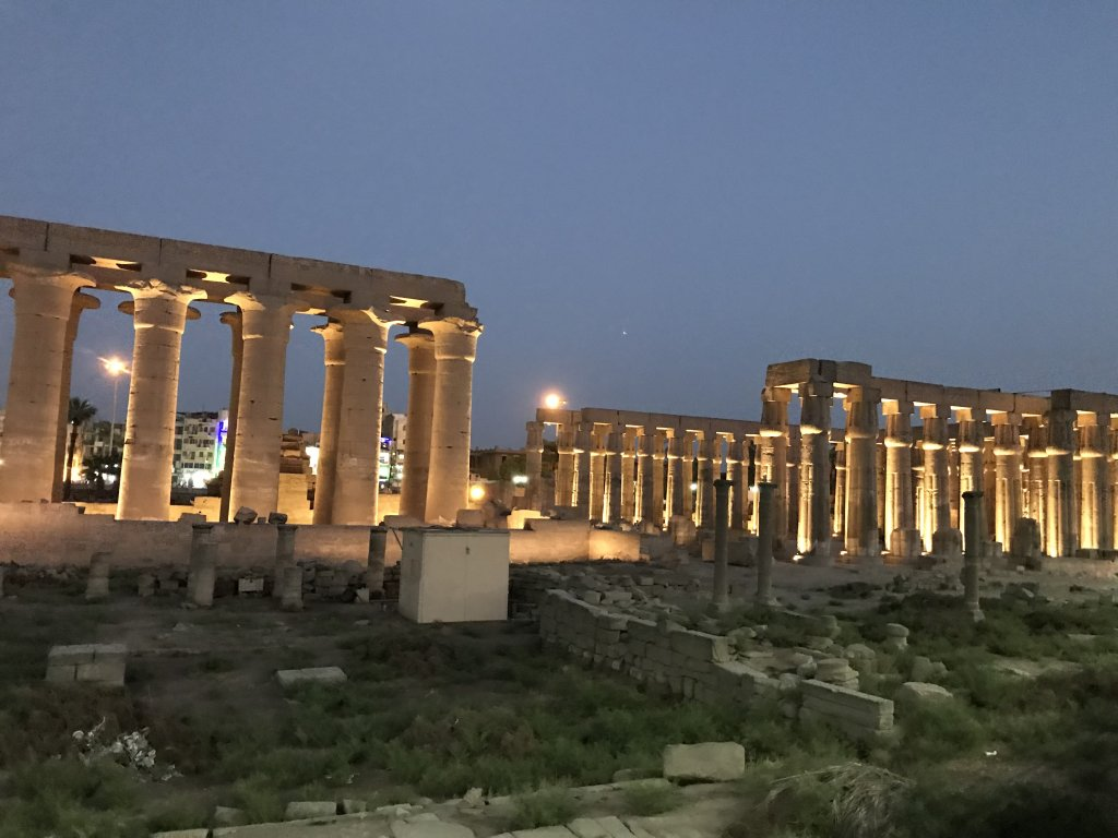 ライトアップされているルクソール神殿