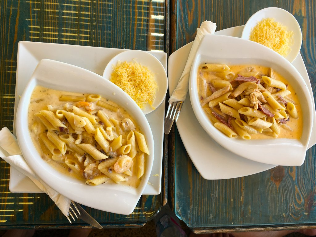 左:海鮮パスタ、右:カルボナーラ