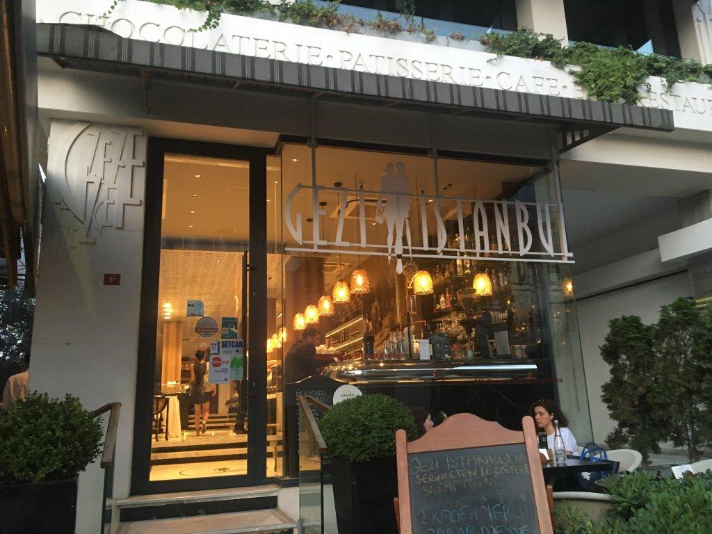 町中のカフェ