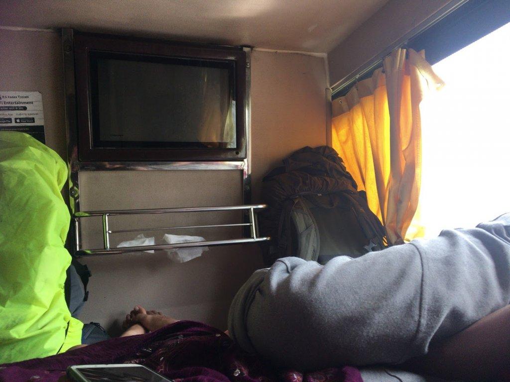 寝台バスの中